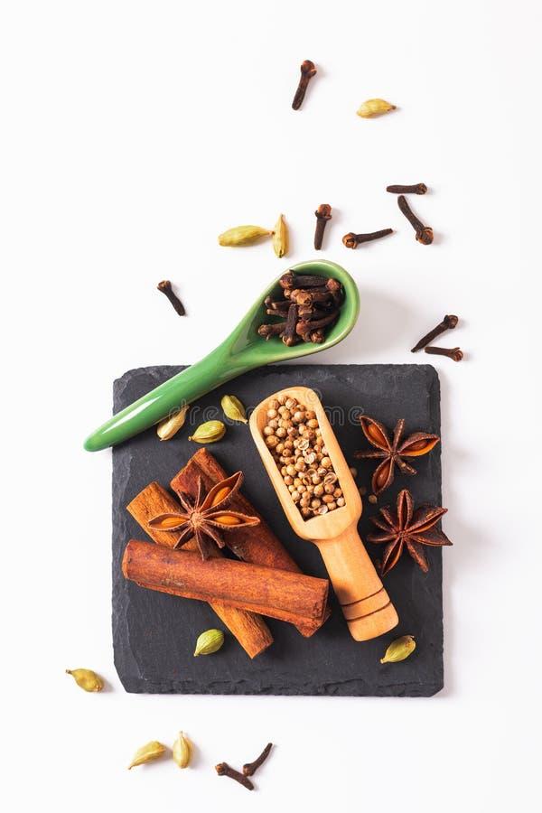 De exotische kruidenmengeling van het Voedselconcept van het organische Kruidenpijpje kaneel, de kardemompeulen, de steranijsplan stock afbeeldingen