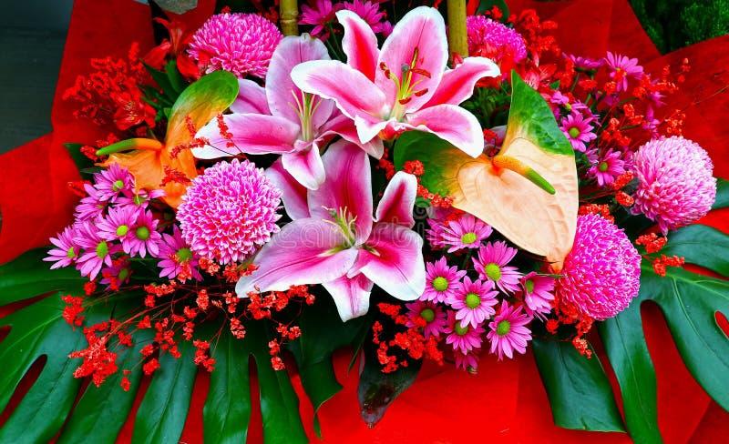 De exotische tropische regeling van het bloemenboeket royalty-vrije stock afbeelding