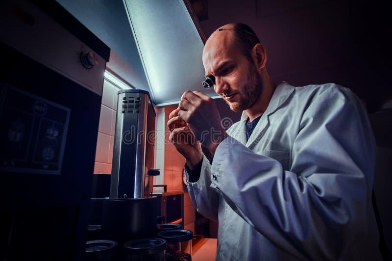 De Expiriencedhorlogemaker werkt met autoclaaf bij zijn eigen studio stock foto