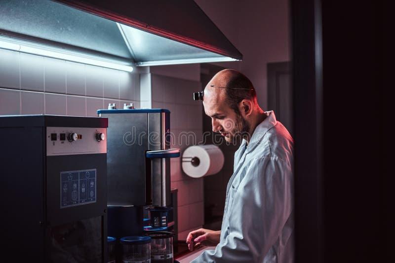 De Expiriencedhorlogemaker werkt met autoclaaf bij zijn eigen studio stock fotografie