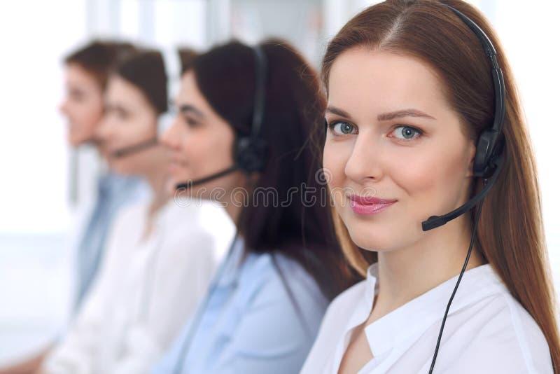 De Exploitant van het Call centre Jonge mooie bedrijfsvrouw in hoofdtelefoon stock afbeelding