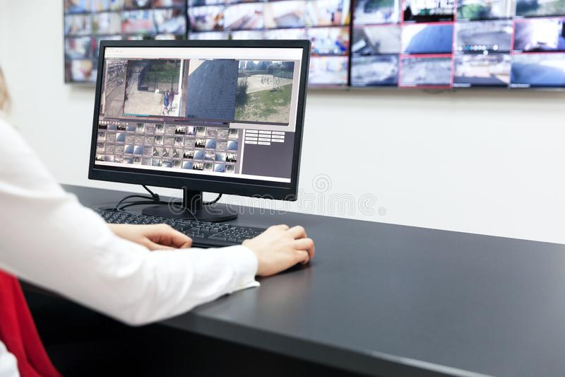 De exploitant van de toezichtcontrolekamer op het werk stock foto's