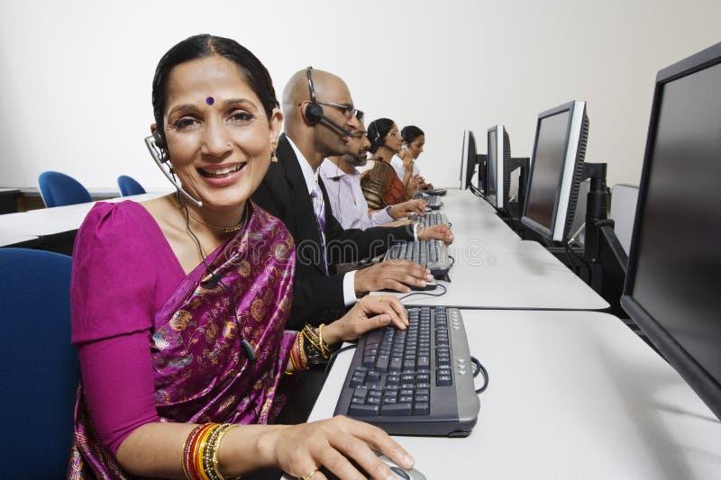De Exploitanten die van de klantendienst in Bureau samenwerken royalty-vrije stock foto