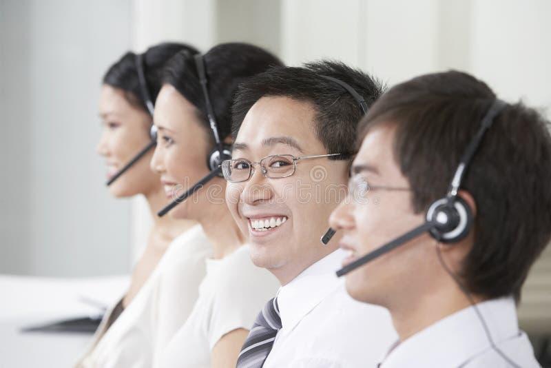 De Exploitanten die van de klantendienst Hoofdtelefoons dragen stock afbeeldingen