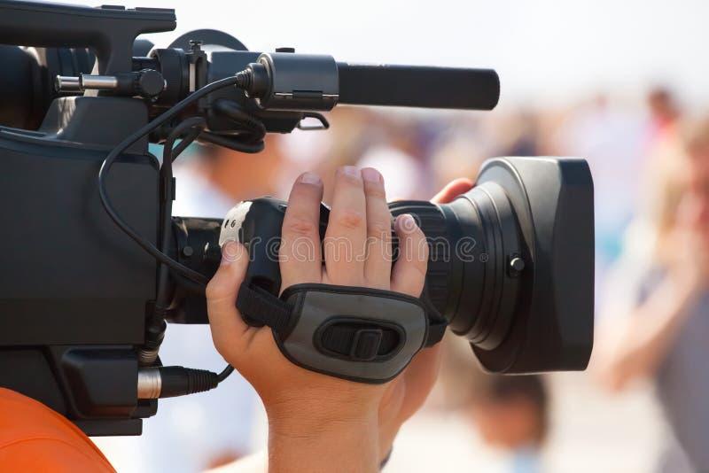 De exploitantfotograaf neemt een camera over, interviewt in de massaviering royalty-vrije stock foto's