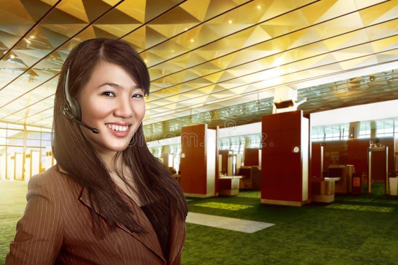 De exploitantvrouw van de klantendienst met hoofdtelefoon het glimlachen royalty-vrije stock foto