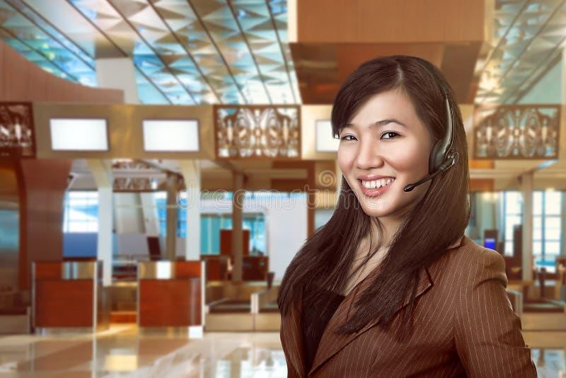 De exploitantvrouw van de klantendienst met hoofdtelefoon het glimlachen stock fotografie