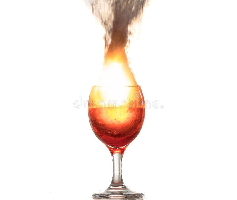 De explosie van wijn in een glas, heel wat plonsen en fragmenten, het kwaad van alcohol stock fotografie