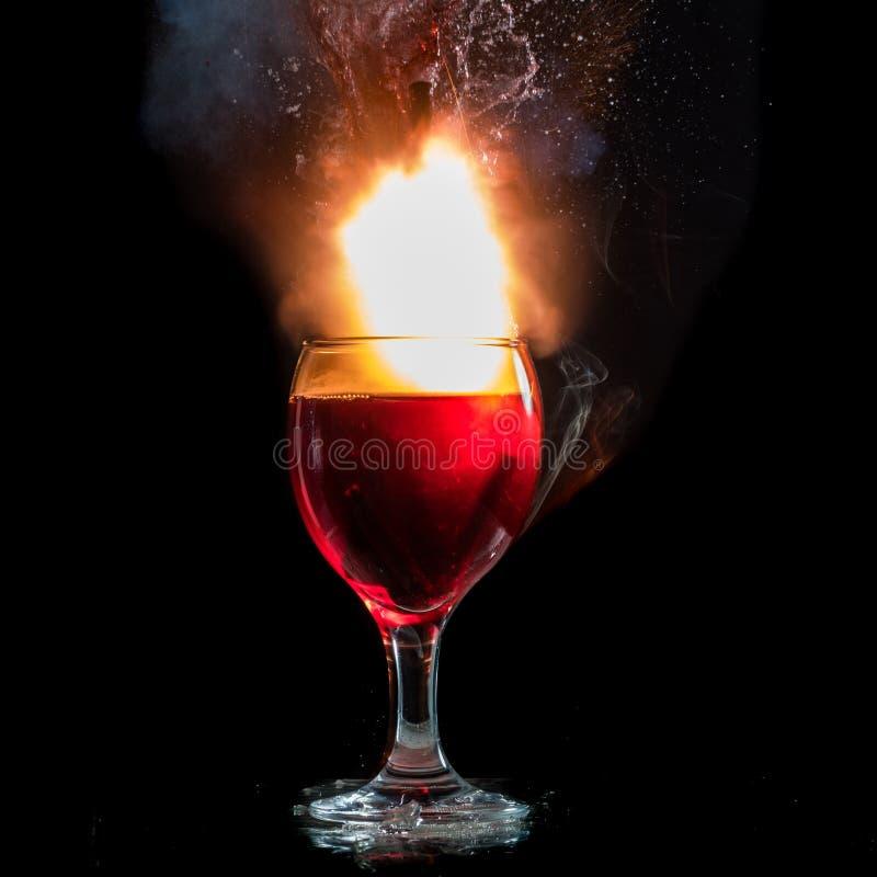 De explosie van wijn in een glas, heel wat plonsen en fragmenten, het kwaad van alcohol royalty-vrije stock afbeelding