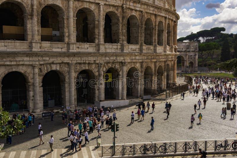 De externe mening van Rome, Italië Colosseum met bezoekers stock foto