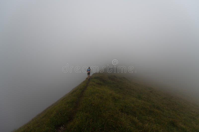 De extreme concurrentie van het bergras skymarathon agent op een rand stock foto