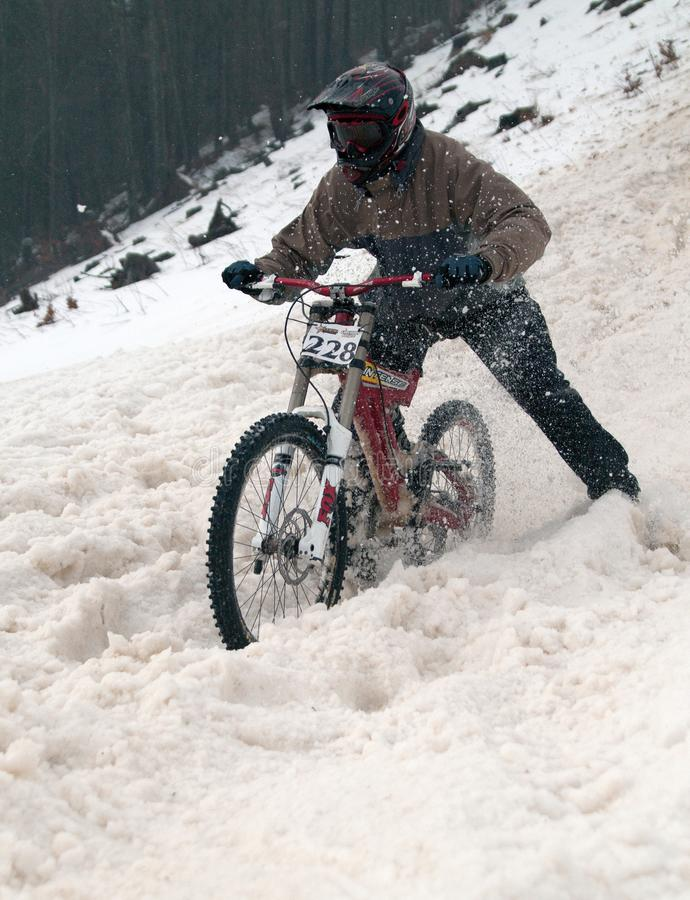De extreme fiets van de de winterberg rent bergaf royalty-vrije stock foto's
