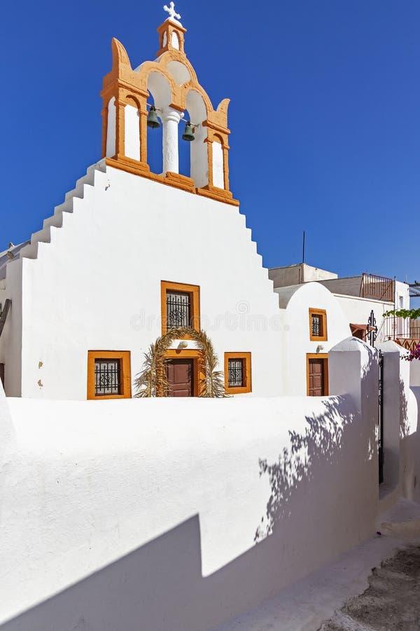 De färgglade lilla gatorna av Emporio, Santorini, Grekland med de många kyrkliga tornen arkivbilder