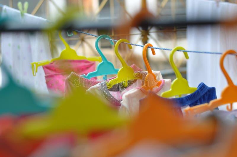 De färgrika hängarna är ordnade i ett propert och ordningsamt sätt royaltyfria foton