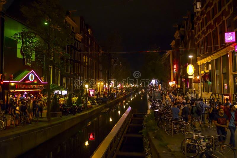De färgrika kanalerna i rött ljusområdet av Amsterdam - AMSTERDAM - NEDERLÄNDERNA - JULI 20, 2017 royaltyfria bilder