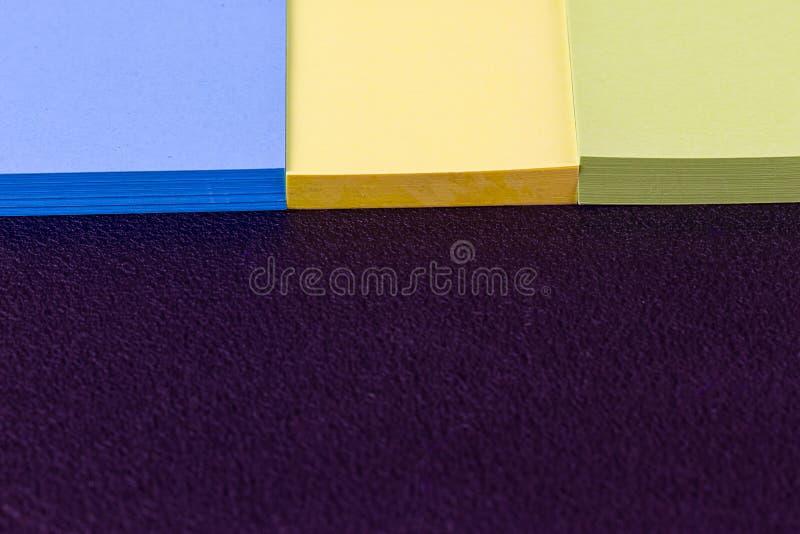 De färgrika klistermärkearna arkivfoto