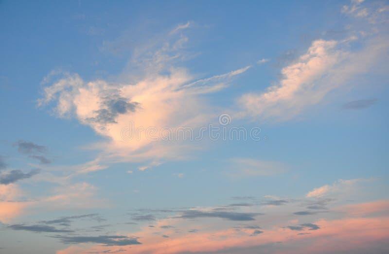 De färgrika molnen i himlen på solnedgången royaltyfri foto