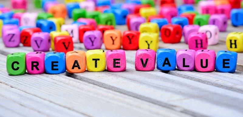 De färgrika orden skapar värde på tabellen royaltyfria bilder