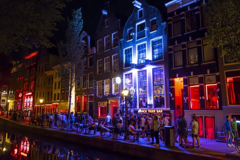 De färgrika upplysta byggnaderna i rött ljusområdet av Amsterdam - AMSTERDAM - NEDERLÄNDERNA - JULI 20, 2017 royaltyfri fotografi