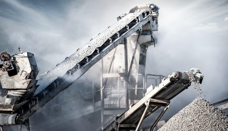 De fabriek van de cementproductie bij de mijnbouw van steengroeve Transportband royalty-vrije stock afbeeldingen