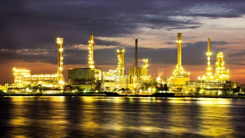 De fabriek van de de olieraffinaderij van de aardolie over zonsopgang stock fotografie