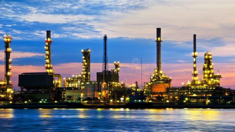 De fabriek van de de olieraffinaderij van de aardolie over zonsopgang stock foto