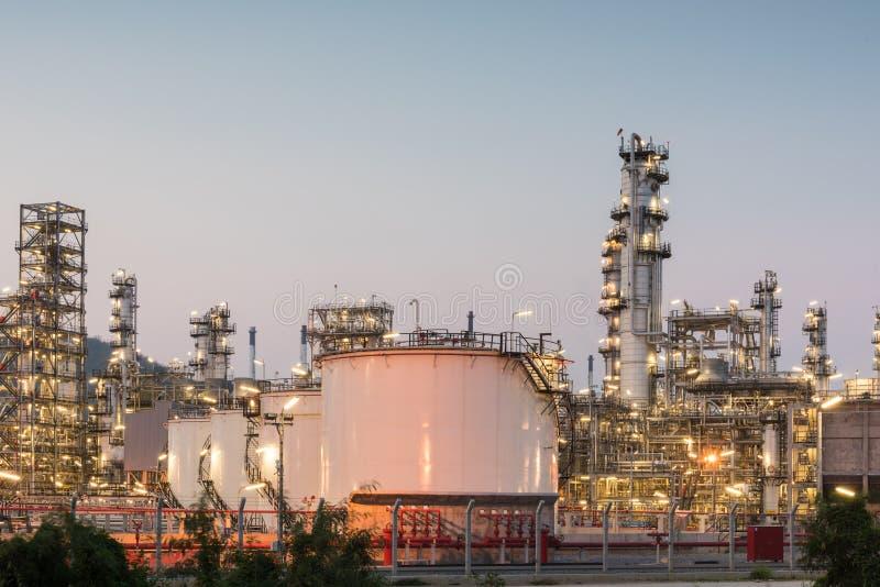 De fabriek van de olieraffinaderij bij zonsondergang stock foto's