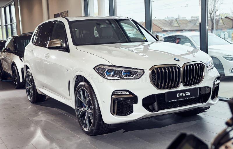 08 de Fabruary, 2018 - Vinnitsa, Ucrania Nueva presentación del coche de BMW X5 en la sala de exposición - parte delantera foto de archivo libre de regalías