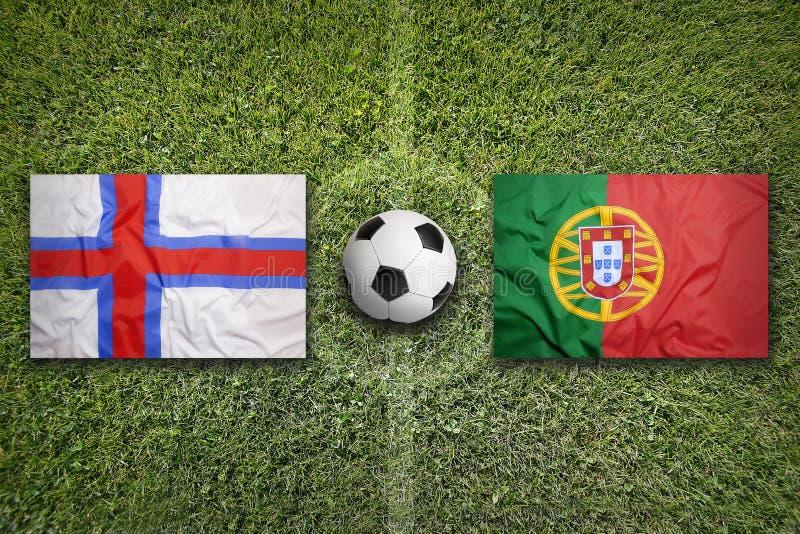 De Faeröer versus De vlaggen van Portugal op voetbalgebied stock foto's