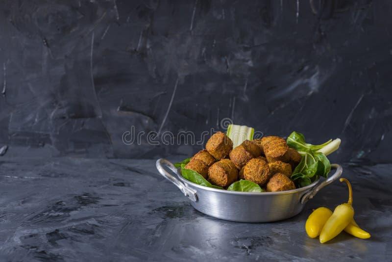 De Falafelballen die in plaat met groen worden gediend doorbladert stock foto's