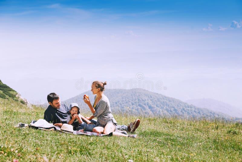 De familie brengt tijd aan aard in de bergen door royalty-vrije stock afbeelding
