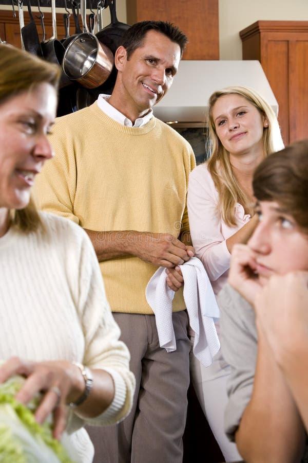 De familie die van de close-up in keuken elkaar bekijkt stock foto