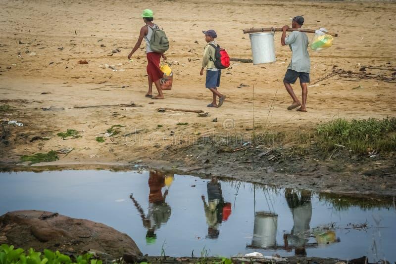 De familie die van Madagascar naar huis lopen stock afbeeldingen