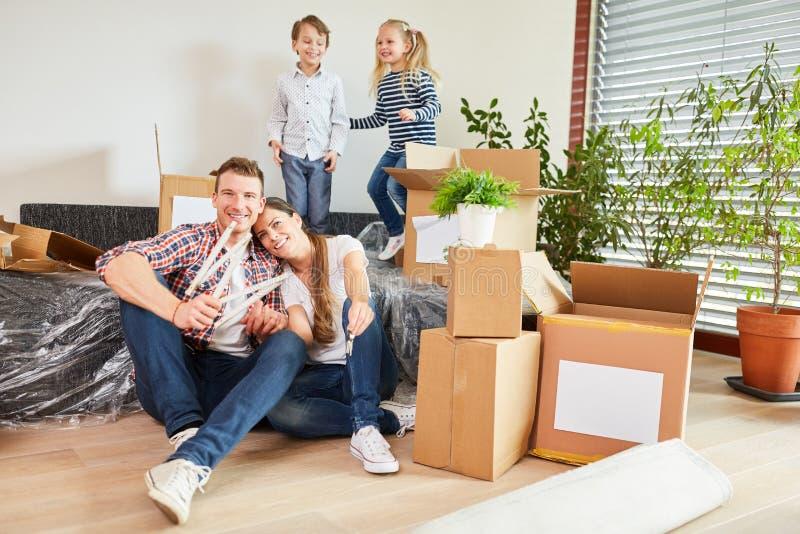 De familie is gelukkig over zich het bewegen aan nieuw huis royalty-vrije stock fotografie