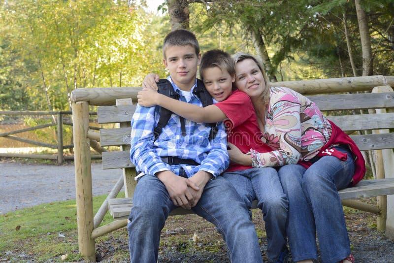 De familie geniet samen in openlucht van tijd stock afbeeldingen
