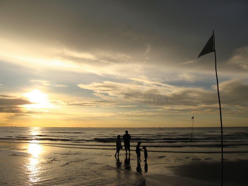 De familie geniet van zonsopgang bij het overzees bij Hua Hin-strand, Thailand royalty-vrije stock foto's