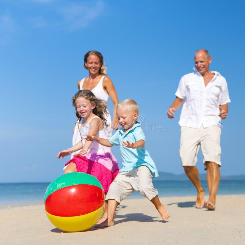 De familie heeft Pret op het Strand stock foto's