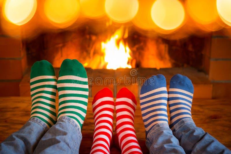 De familie in Kerstmis mept dichtbij open haard royalty-vrije stock afbeelding