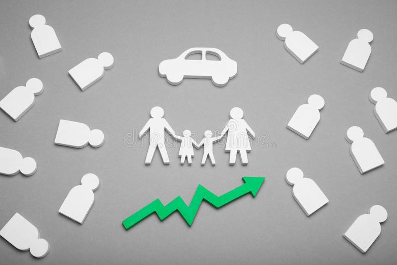 De familie koopt in aantal auto, de Groei van autokosten van auto's royalty-vrije stock afbeelding