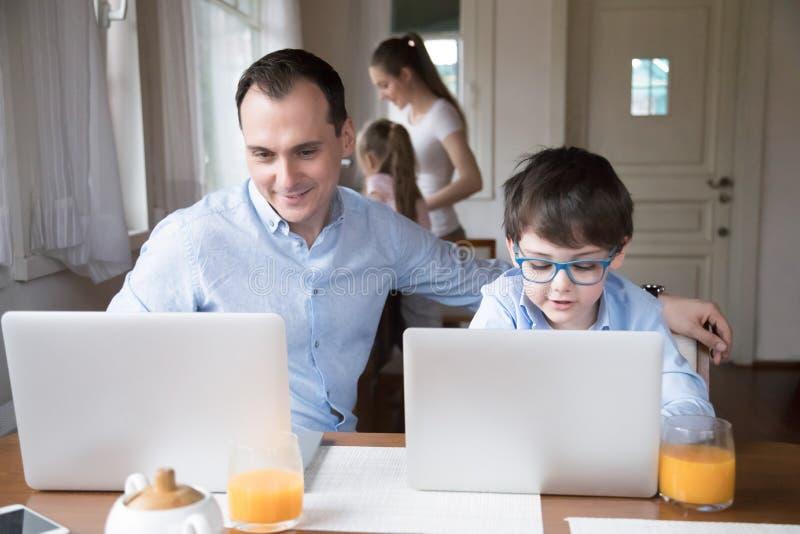 De familie met kleine kinderen brengt samen thuis tijd door royalty-vrije stock foto's