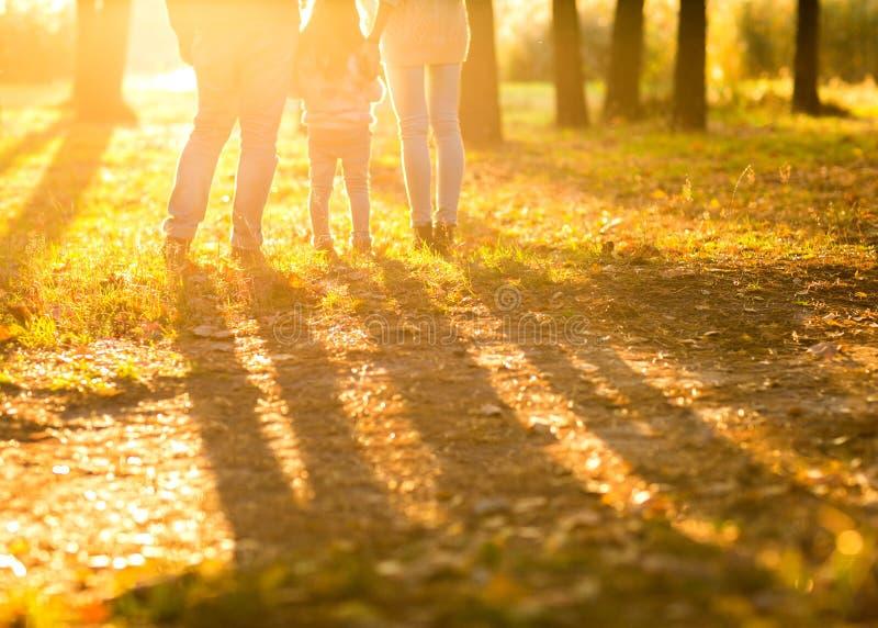 De familie met weinig dochter brengt prettijd in de herfstpark bij su door stock foto