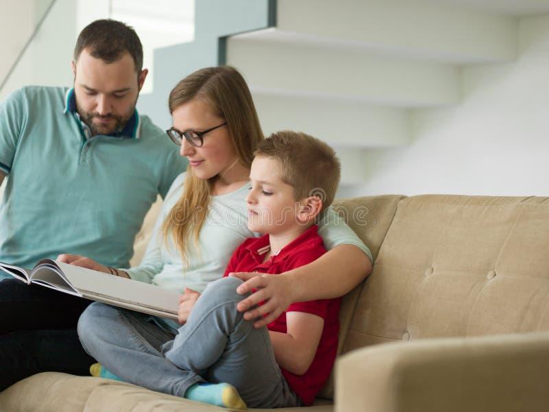 De familie met weinig jongen geniet van in de moderne woonkamer royalty-vrije stock foto's