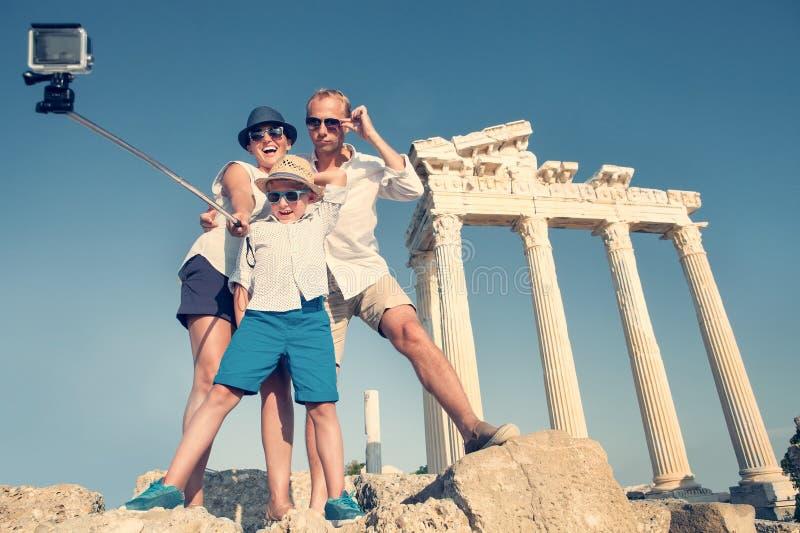 De familie neemt een selfievideo op de antieke colonnademening royalty-vrije stock afbeeldingen