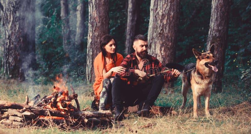 De familie ontspant concept Paar in liefde of jonge gelukkige familie stock foto