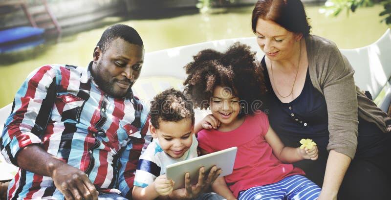 De familie ontspant Geluk Hanterend Tabletconcept stock foto's