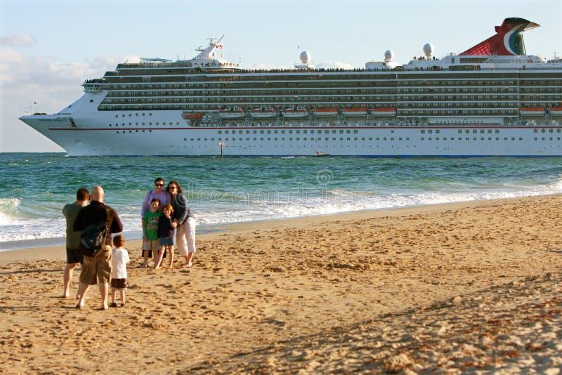 De familie stelt voor Foto aangezien het Schip van de Cruise vertrekt stock afbeeldingen