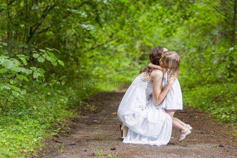 De familie taxeert Concepten Gelukkige Kaukasische Vrouw met haar Weinig CH stock afbeeldingen