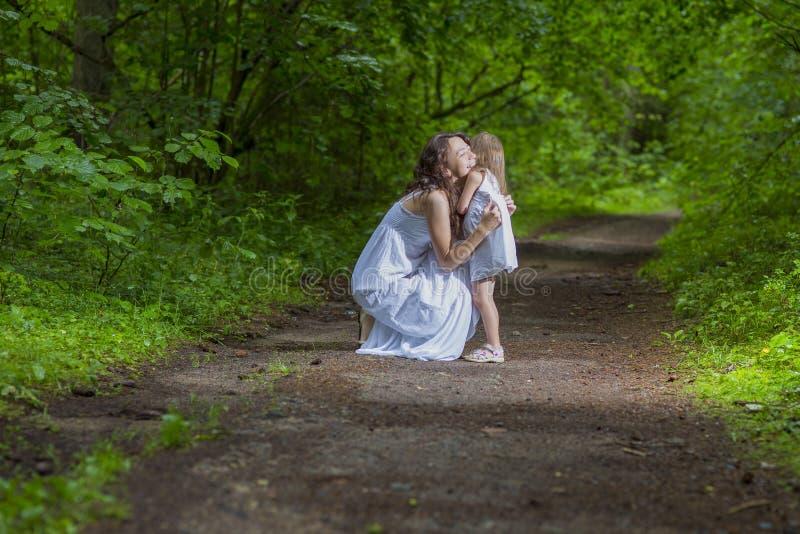 De familie taxeert Concepten Gelukkige Kaukasische Vrouw met haar Weinig Kind stock foto