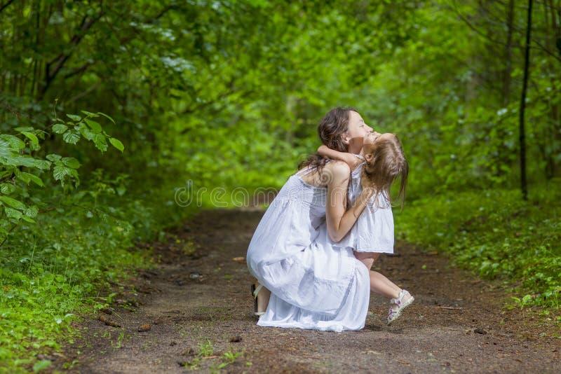 De familie taxeert Concepten Gelukkige Kaukasische Vrouw met haar Weinig Kind royalty-vrije stock fotografie