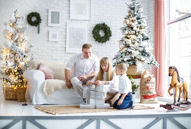 De familie treft voor het nieuwe jaar voorbereidingen E stock foto
